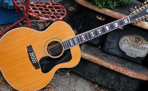 Guitarra acústica de 12 cuerdas
