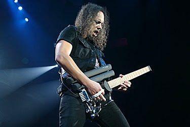 Kirk Hammet tocando la guitarra Teuffel Birdfish