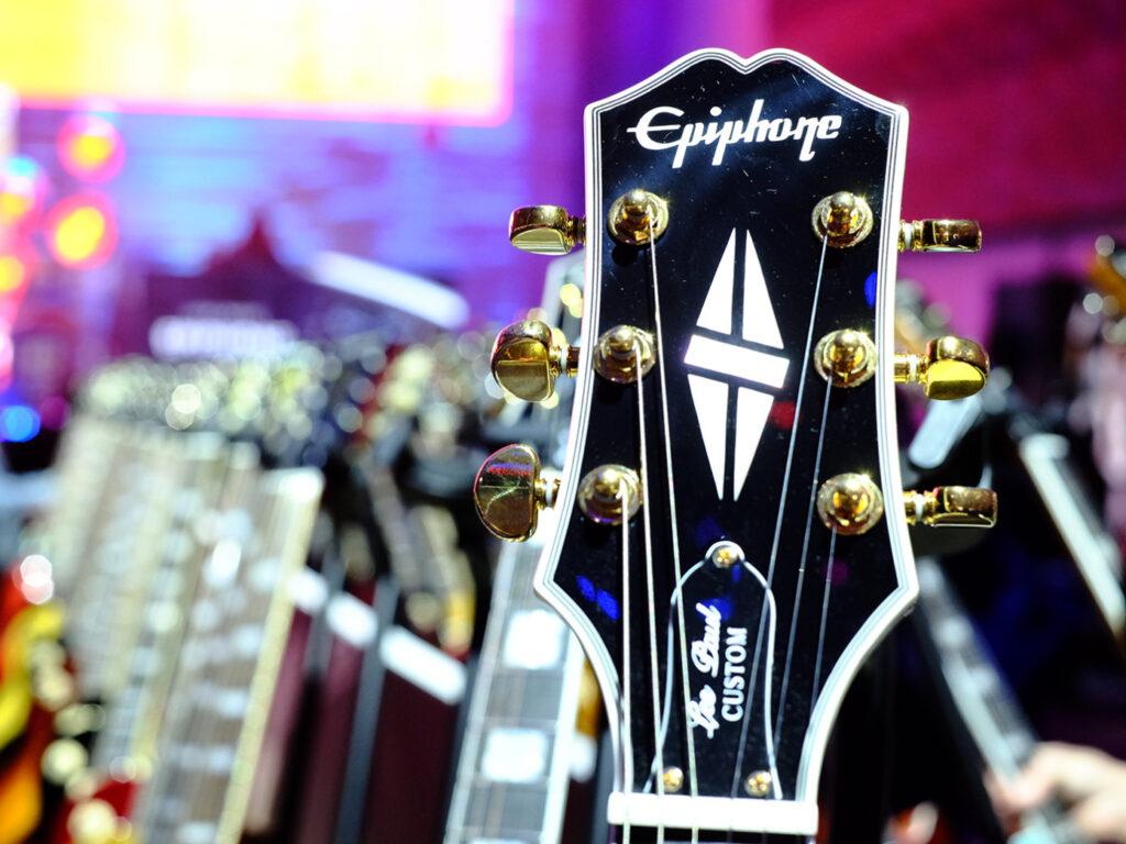 Epihpone es la marca barata y económica de Gibson, que ofrece guitarras de calidad estilo Les Paul a un precio asequible