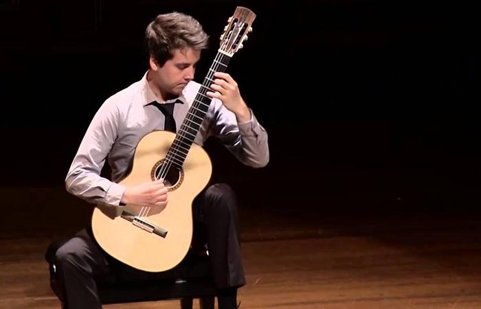 Reconocido guitarrista clásico Xavier Jara en concierto.
