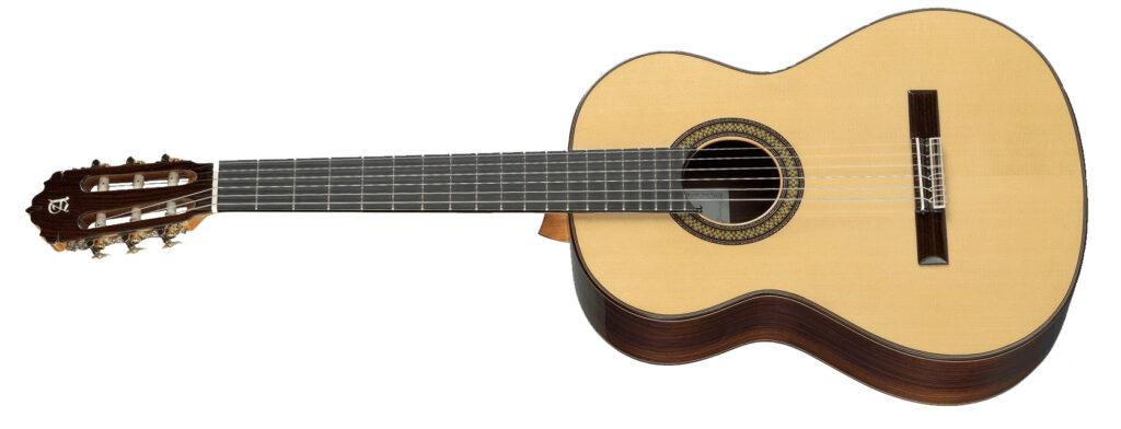 La guitarra Alhambra 7PA es una guitarra clásica de concierto  construida íntegramente con maderas macizas.