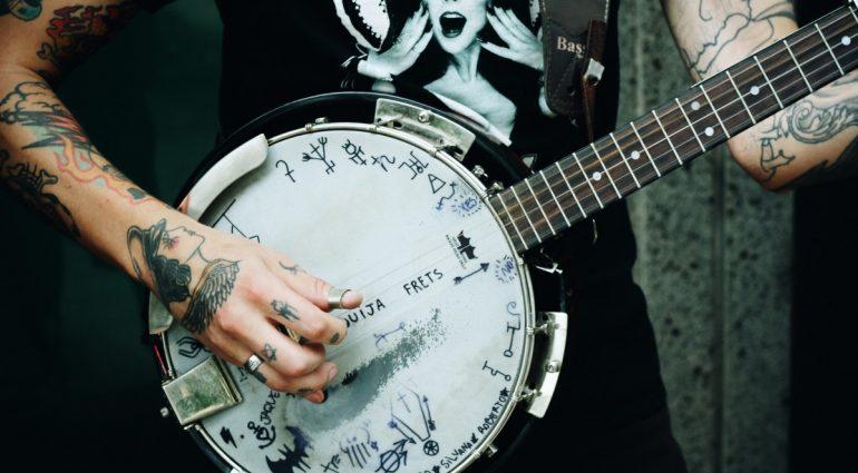 Un banjo de 6 cuerdas