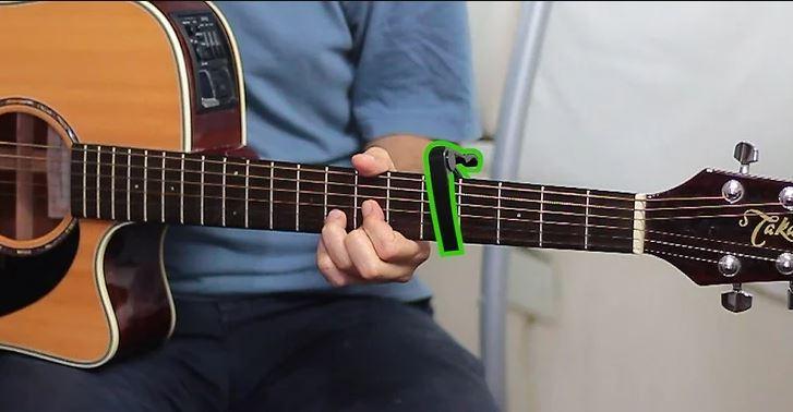 Utilizar un capo es una buena forma de aliviar la presión que los principiantes necesitan hacer para comenzar a tocar una guitarra acústica