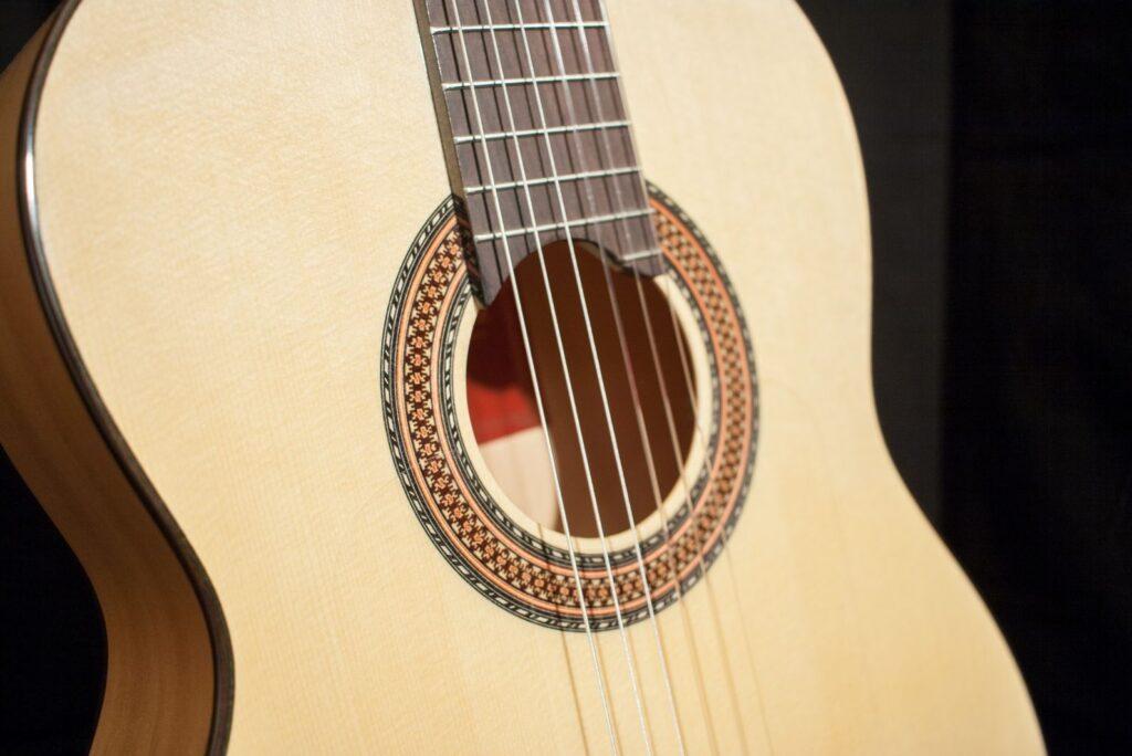 La guitarra flamenca blanca destaca por su color, debido a su fabricación en madera de ciprés.