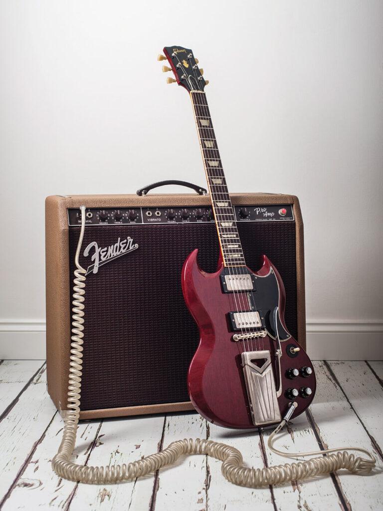 Guitarra Gibson SG con amplificador Fender