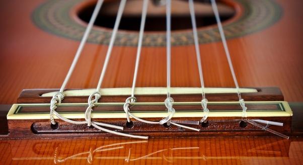 Cuerdas de nylon y entorchadas en una guitarra clásica, criolla, flamenca o española.