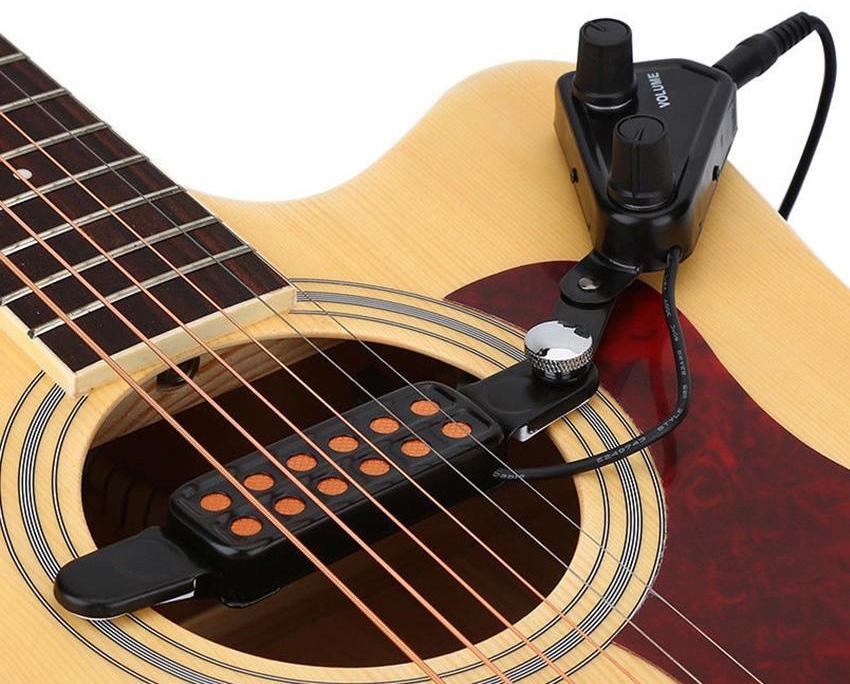 Existen pastillas que se instalan manualmente, para convertir una guitarra en electroacústica